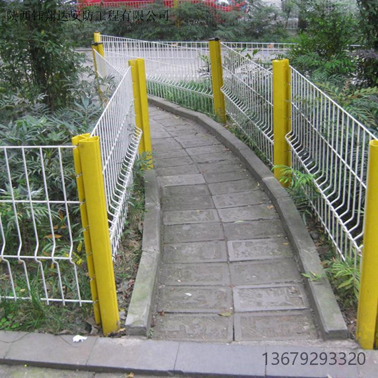 三角折弯护栏网   桃形立柱防护网 西安护栏网